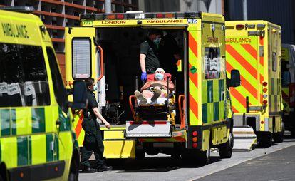 Un paciente de covid llega a un hospital londinense el pasado 14 de junio.