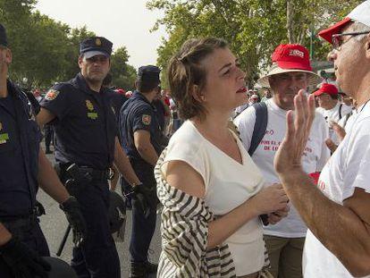 La consejera de Fomento, Elena Cortés (IU), habla con los extrabajadores de Santana que protestan ante San Telmo.