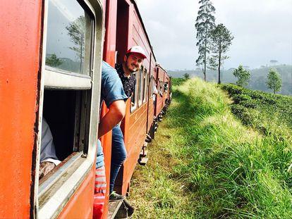 El reportero Miguel Valle Castaño, en un tren en Sri Lanka en un capítulo de 'Madrileños por el mundo' de 2018.