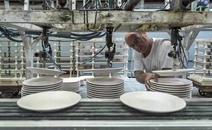 Producción de vajillas para hostelería de la fábrica de porcelanas Porvasal, en Chiva (Valencia)