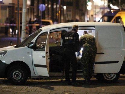 La policía holandesa inspecciona una furgoneta con matrícula española en Rotérdam, el pasado 23 de agosto.