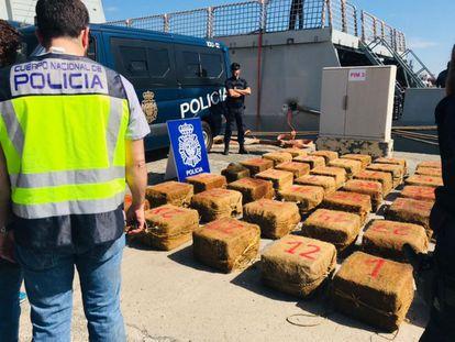La droga intervenida al 'Breath', al descargarla en Canarias tras la intervención de la Policía.