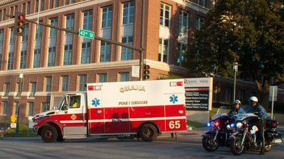 Una ambulancia traslada al quinto estadounidense repatriado tras contraer ébola.
