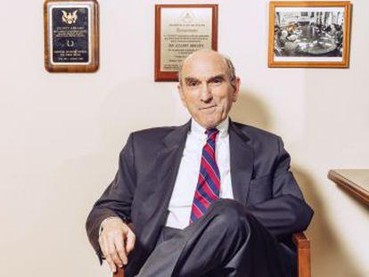 El veterano halcón Elliott Abrams, representante de EE UU para Venezuela, afirma en una entrevista con EL PAÍS que algunos cargos  tienen a sus familias y su dinero en el país y querrán reunirse con ellos