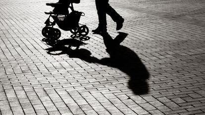 La sombra de un carrito de paseo.