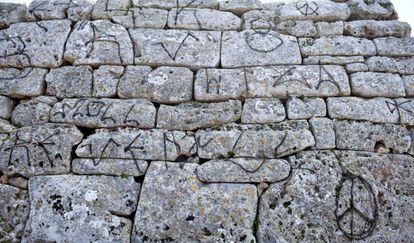 Algunas de las pintadas en el monumento prehispánico Sa Naveta des Tudons, en Menorca.