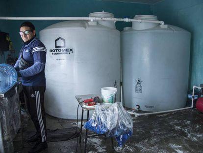 Un trabajador en una purificadora de agua en Ciudad de México.