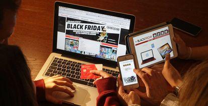 Una familia compra por Internet en el 'Black Friday'.
