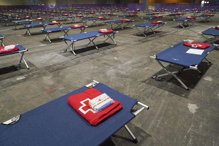 Preparativos para acoger en el pabellón 14 de Ifema a 150 personas sin hogar.