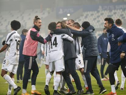 Pirlo celebra la Supercopa con sus jugadores.