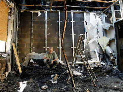 Un ciudadano en su casa destrozada por la artillería, este martes en Donetsk.