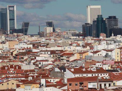Vista panorámica de Madrid con las Cuatro Torres y las Torres de la Puerta Europa (antes KIO), al fondo.
