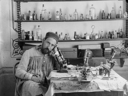 Autorretrato de Cajal en su laboratorio de Valencia, hacia 1885.