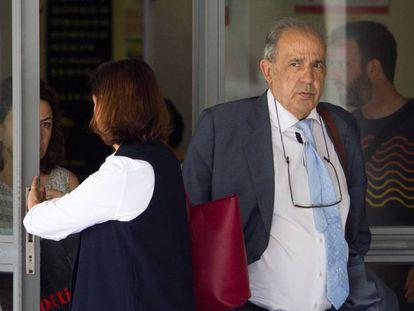 Enrique Álvarez Conde sale de los Juzgados de Plaza de Castilla.
