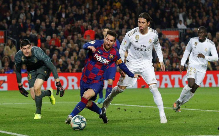 Messi controla ante Courtois y Ramos.