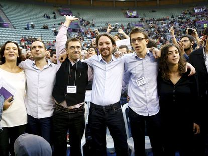 Carolina Bescansa, Luis Alegre, Juan Carlos Monedero, Pablo Iglesias, Íñigo Errejón y Tania González, en la asamblea de Podemos en el Palacio de Vistalegre de Madrid, el 19 de octubre de 2014.