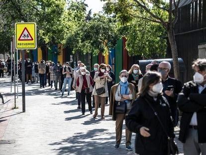 Colas esta mañana en el colegio electoral Roma en el barrio de la Concepción, en el distrito de  Ciudad Lineal.