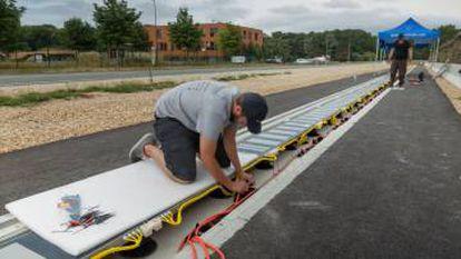Instalación del sistema de carga dinámica por inducción para coches eléctricos.