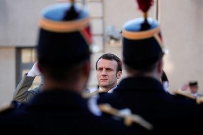 El presidente francés, Emmanuel Macron, pasa revista a las tropas antes de un discurso sobre defensa, en París en febrero de 2020