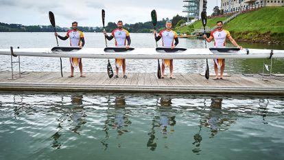 De izquierda a derecha: Rodrigo Germade, Carlos Arévalo, Marcus Cooper y Saúl Craviotto, los miembros del equipo de K4-500, en junio en Trasona (Asturias).