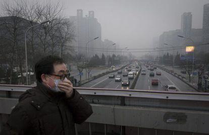 Un hombre usa mascarilla para protegerse de la contaminación en Pekín, China. EFE/Archivo