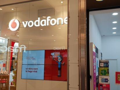 Tiendas de Vodafone y de Yoigo (MásMóvil), en una imagen de archivo.