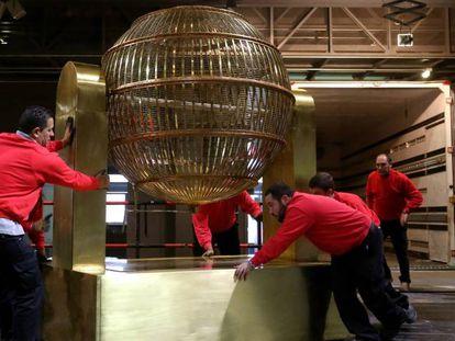 Llegada de los bombos del sorteo de la Loteria Nacional de Navidad al Teatro Real de Madrid