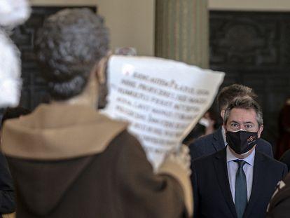 El alcalde de Sevilla, Juan Espadas, en una muestra sobre Semana Santa en el Casino de la Exposición.