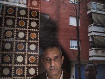 Mohamed Aziz, en el portal de su antigua casa, en Martorell, el pasado martes.