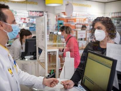 Nuria Hernández, paciente de covid persistente, en una farmacia de Sevilla que cuenta con un registro de estos enfermos.