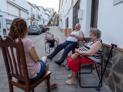 Francisca Sánchez y su marido, José Ibáñez, charlan al fresco con su vecina Catalina Sánchez en Algar.