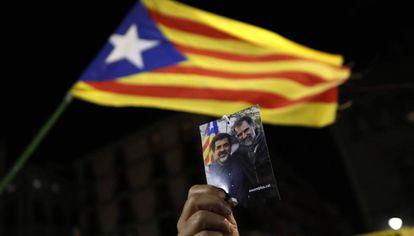 Una persona sujeta una foto de los 'Jordis' este noviembre, en una protesta independentista en la plaza de Sant Jaume de Barcelona.