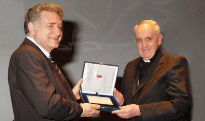 Abraham Skorka recibe de manos de Bergoglio el título de doctor honoris causa en Buenos Aires.