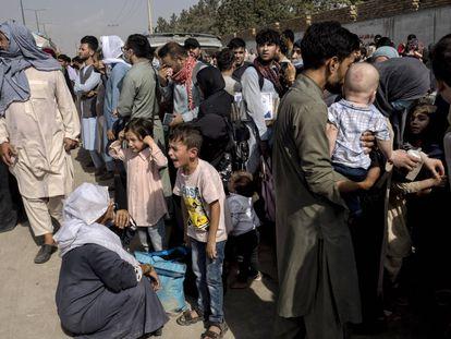 Afganos en las inmediaciones del aeropuerto de Kabul.