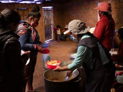 Las mujeres de Nueva Ciudad Inca, en la Cordillera de los Andes peruanos, se han organizado para dar de comer a sus vecinos que pasan hambre.