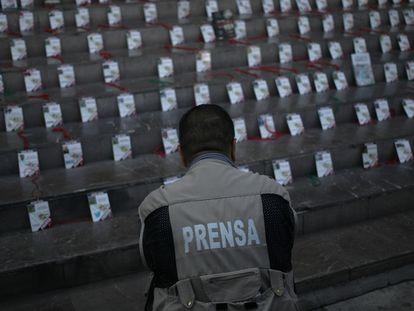 Periodistas exponen las credenciales de sus colegas asesinados durante una manifestación en Guadalajara, en el 2017. En el video, el funcionamiento del software Pegasus.