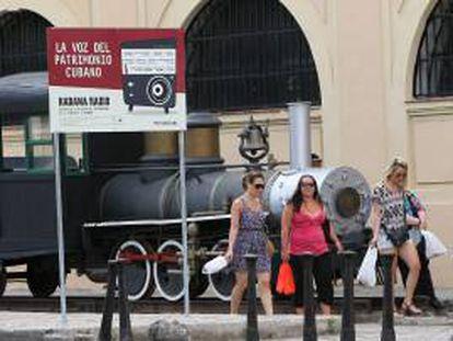 Imagen de unos turistas caminando por una calle de La Habana vieja. EFE/Archivo