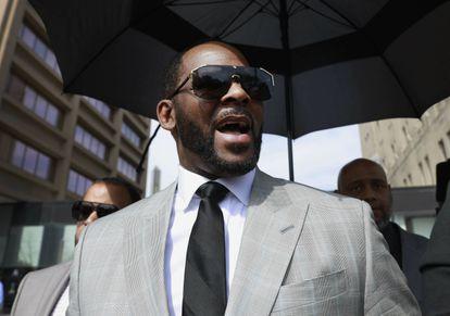 R. Kelly a la salida de un juzgado de Chicago en 2019.