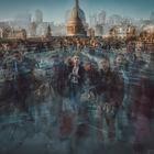 El fotógrafo y camarógrafo británico Burnham Arlidge superpone fotografías obtenidas con time-lapse que evocan los tiempos prepandémicos. Transeúntes en el puente del Milenio, en Londres.