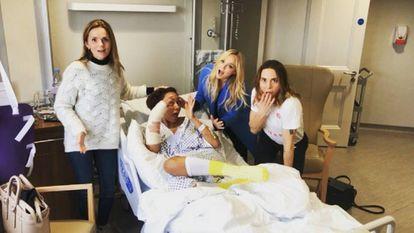 De izquierda a derecha: Geri Halliwell, Melanie Brown, Emma Burton y Melanie Chisholm, en el hospital el pasado lunes.