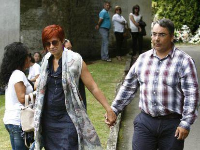 Sandra Ortega Mera y su esposo, en el funeral de Rosalía Mera.