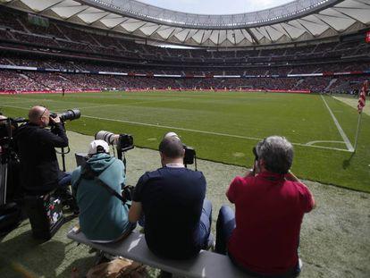 Varios fotógrafos durante el partido entre el Atlético y el Barcelona femenino.