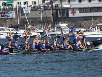 Las remeras de Arraun Lagunak alzan los brazos tras lograr una victoria histórica en San Sebastián.