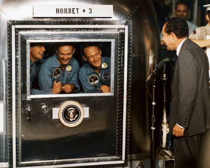 El Apollo 11 vuelve a casa después de visitar la Luna. De izquierda a derecha, Neil Armstrong, Michael Collins y Buzz Aldrin son recibidos, en julio de 1969, por el presidente estadounidense Richard Nixon.