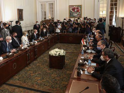 Una delegación israelí se reúne con mediadores egipcios para apuntalar el alto el fuego en Gaza el 30 de mayo de 2021 en El Cairo.