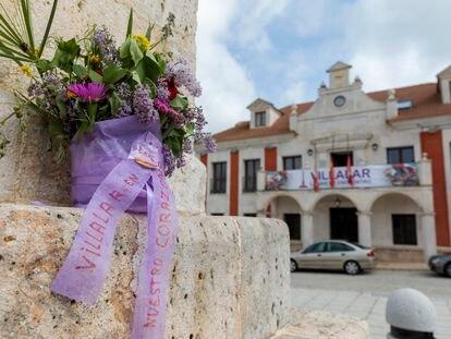 Vista del ayuntamiento de Villalar desde el monolito de los Comuneros.