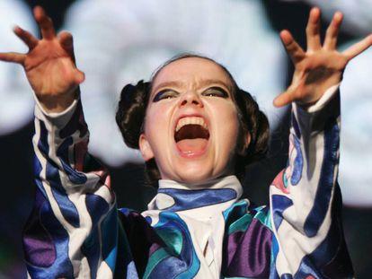 Josh Homme, Björk y otros músicos que agredieron a sus propios fans