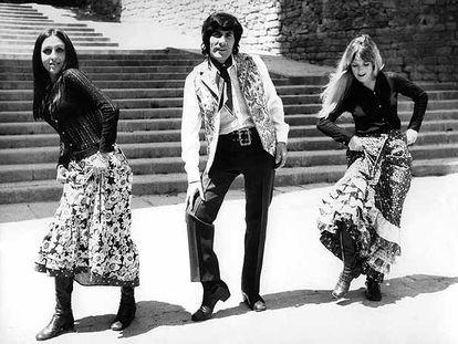 Georgie Dann, presentando en 1970, junto a dos bailarinas, su canción '¿Quieres o no quieres?'.