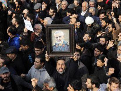"""Ali Jamenei declara tres días de luto y promete represalias contra """"los criminales que mancharon sus manos con la sangre del general Soleimani"""""""