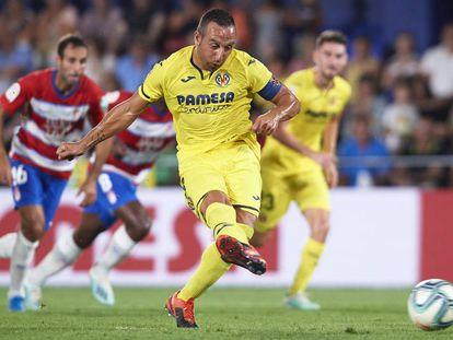 Cazorla lanza el penalti del 1-0.